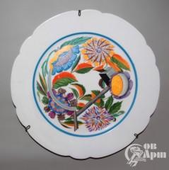 Декоративная тарелка с изображением цветов, серпа и молота